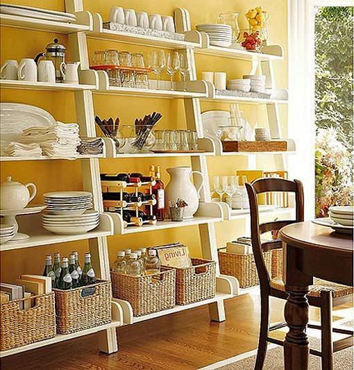 полки с посудой на кухне