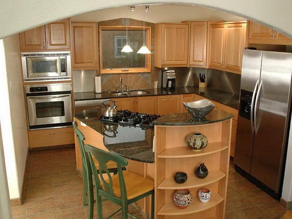Малогабаритная кухня с кухонным островом