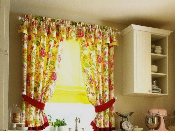 Желтые шторы в бежевой кухне