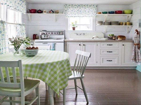 Белые короткие шторки для кухни