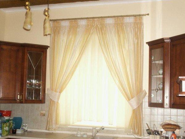 Золотистые шторы на кухонном окне