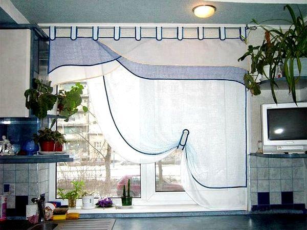 Асимметрические шторы на кухне