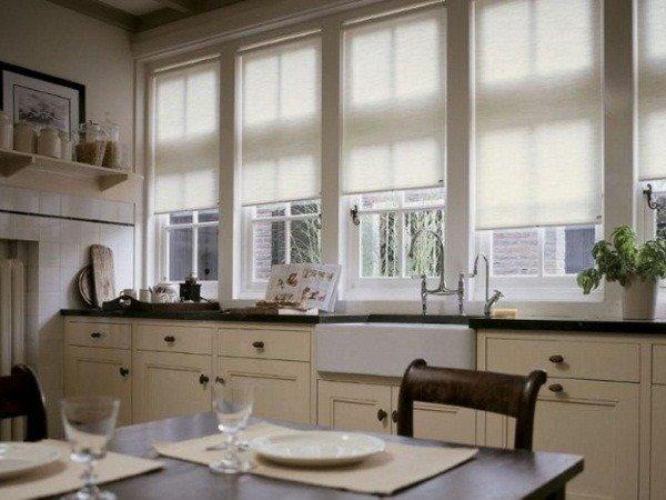 Белые рольшторы на кухне