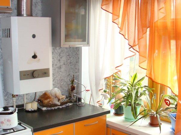 Легкие оранжевые шторы на кухне