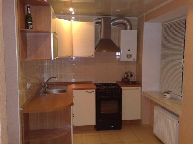 Интерьер кухни с газовой плитой и колонкой