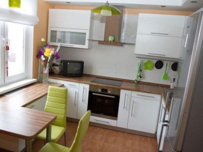 Стол-подоконник на белой кухне