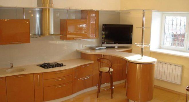 Кухонный гарнитур с барной стойкой у окна