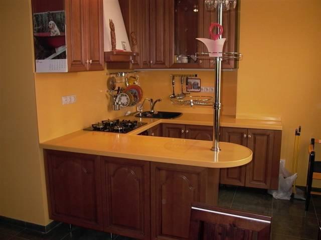 Кухня буквой П с барной стойкой