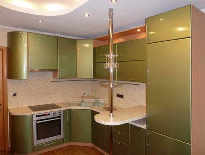 Угловая кухня с барной стойкой в зеленых тонах