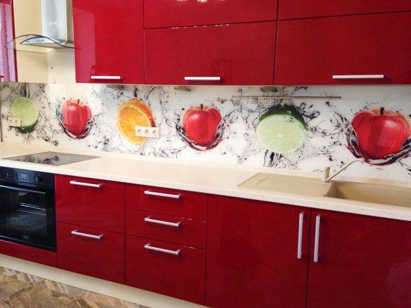 стеклянный фартук на красной кухне