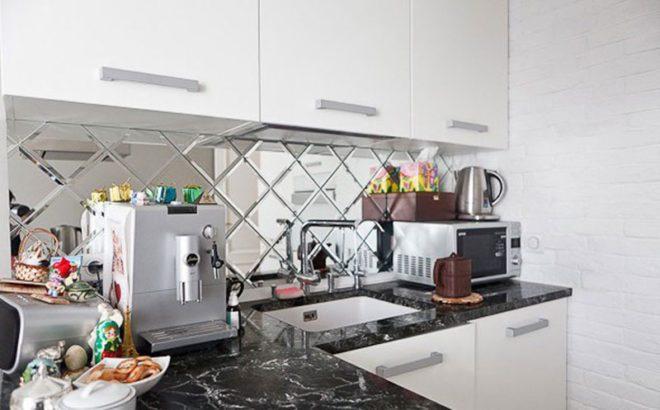 зеркальный фартук на белой кухне