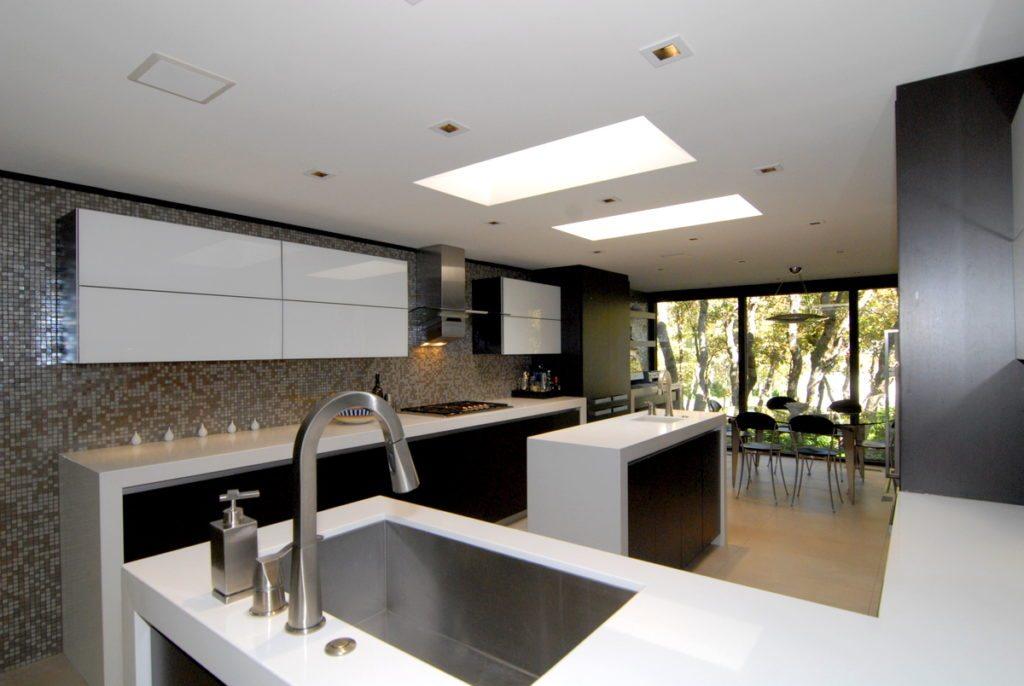 сочетание светлых и темных оттенков на кухне
