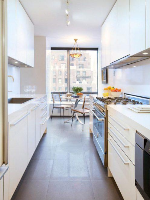 Длинная белая прямая кухня
