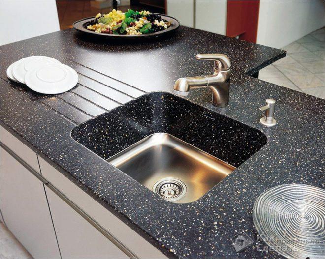 раковина из искусственного камня на кухне