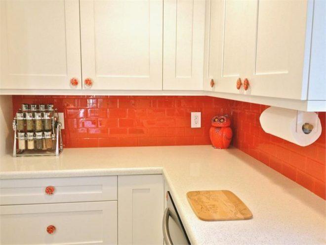 оранжевый фартук из плитки на кухню