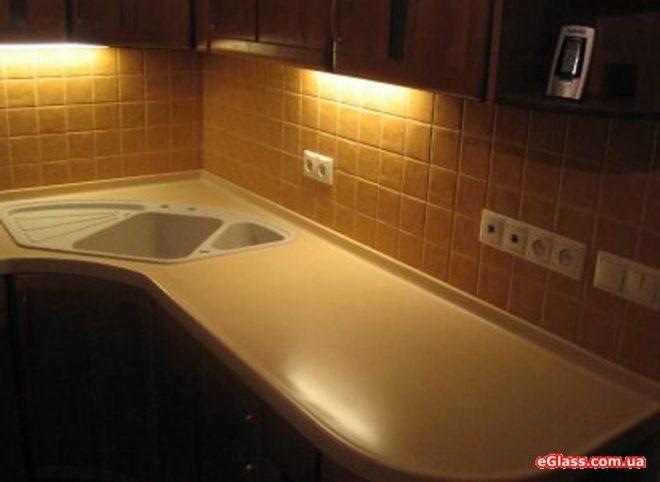 Дополнительное освещение над раковиной кухни