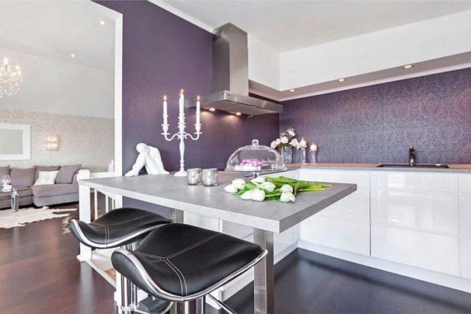 белый цвет кухни с фиолетовыми обоями