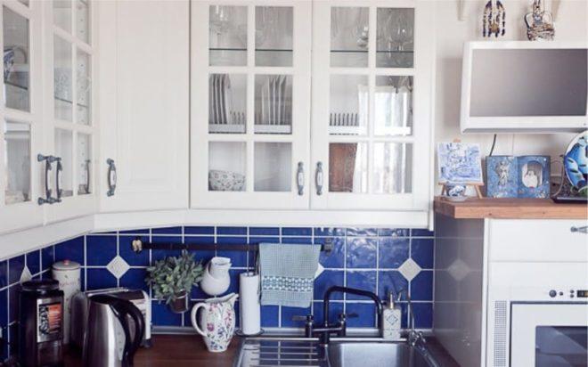 белая с синим кухня