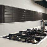 черный фартук из плитки на кухню