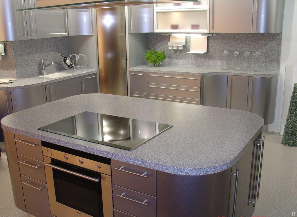 линейное расположение предметов на кухне с островком