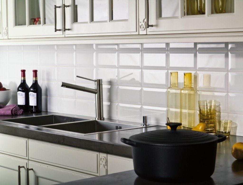белый фартук из плитки на кухню