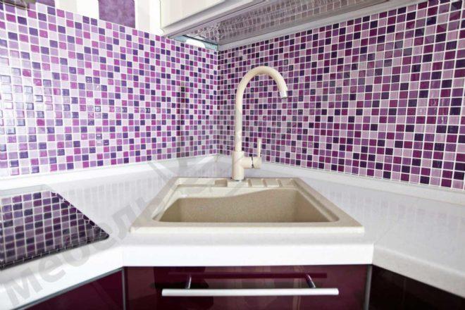 фиолетовый фартук из плитки на кухню