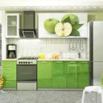 зеленая кухня с металлической фурнитурой