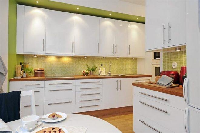 Зелёный фартук из плитки на кухню