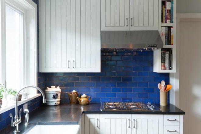 синий фартук из плитки на кухню