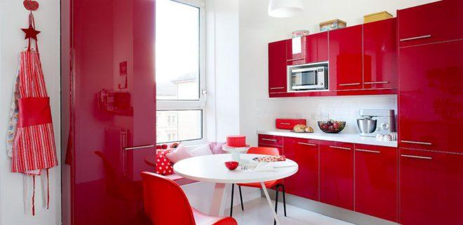 белый фартук и красная кухня