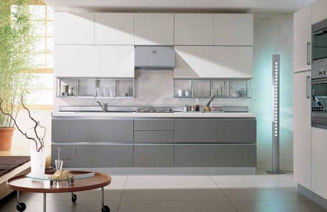 Серая кухня с белым