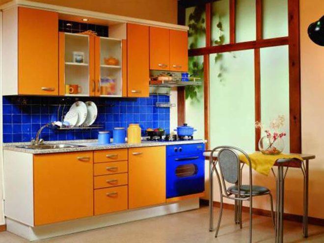 Сочетание желтого и синего на кухне