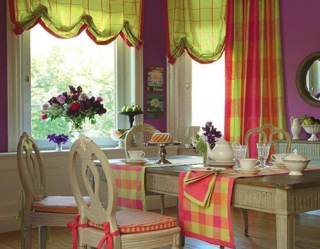 Комбинированные шторы на кухне из двух типов ткани