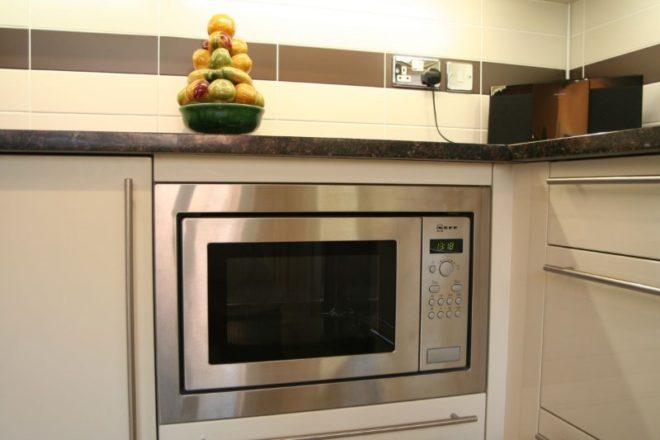 Микроволновая печь на кухне