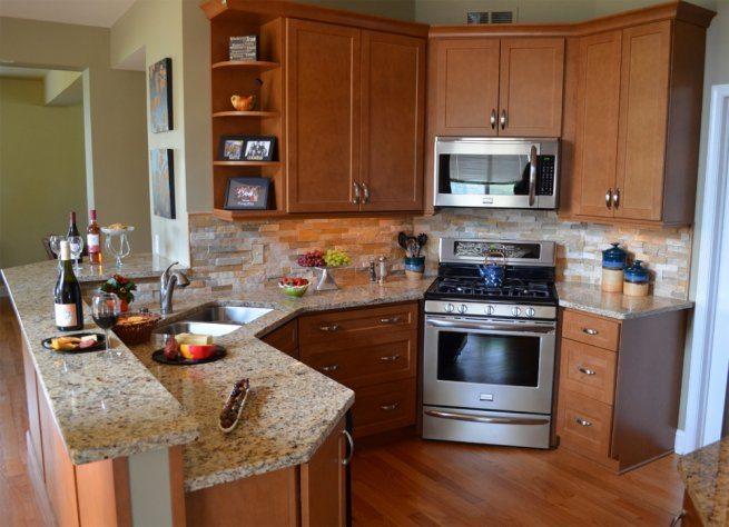 Микроволновка в угловом шкафу кухни