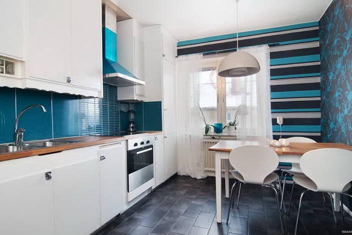 Пример горизонтальное комбинирование обоев кухни