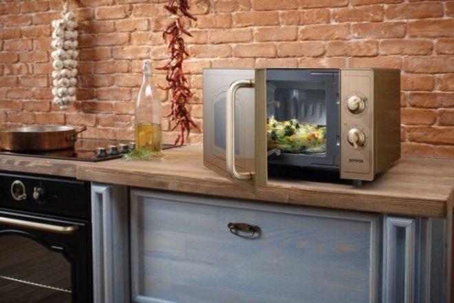 СВЧ печь на кухне
