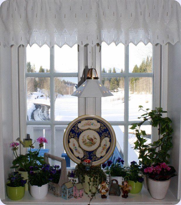 Декоративные элементы на кухонном окне