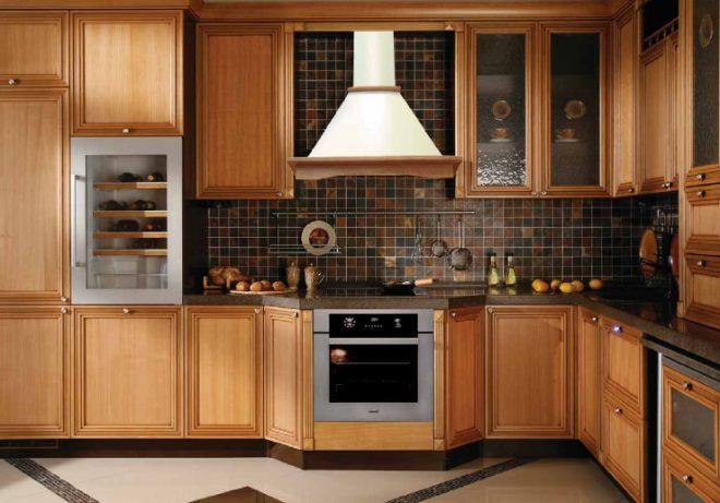 Декоративный короб из дерева для вытяжки на кухне