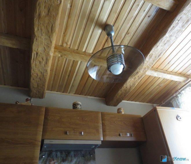 Потолок на кухне из дерева