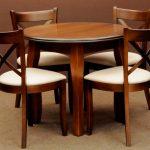 Круглый стол и стулья на маленькой кухне
