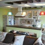 Кухня-гостиная в зеленых оттенках
