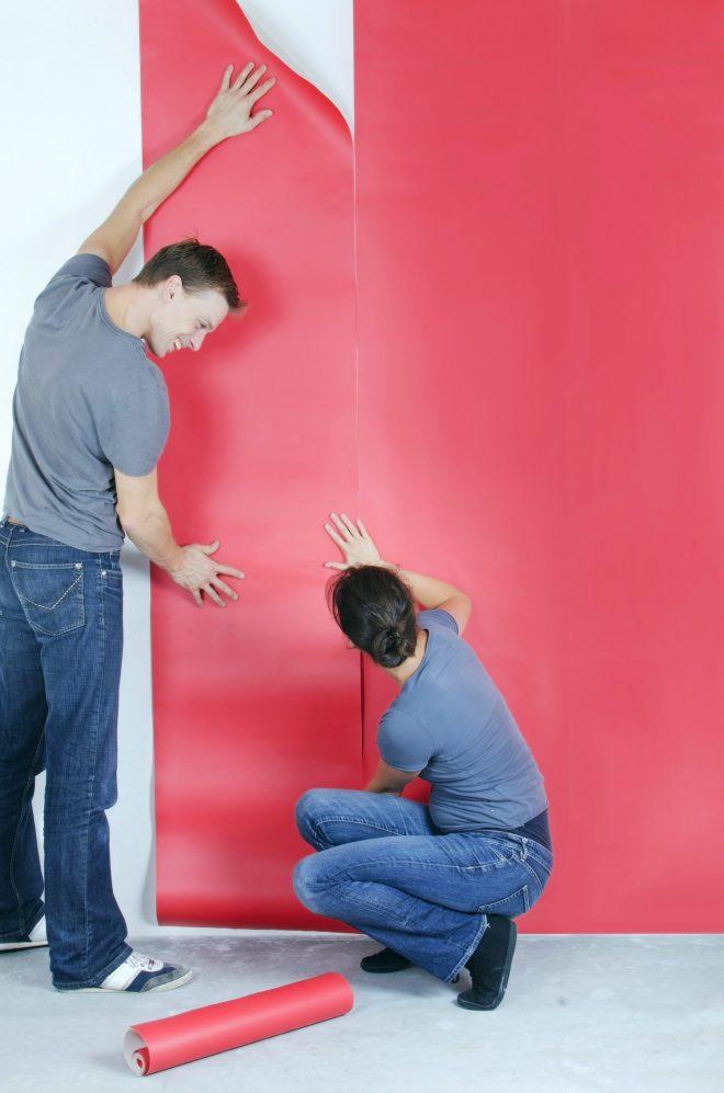 Наклеивание обоев на стену