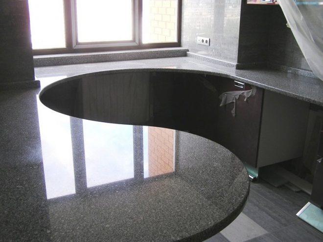 Обеденный стол-подоконник на кухне