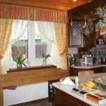 Оформление кухонного окна шторами