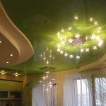 Сочетание глянцевого и матового потолка на кухне