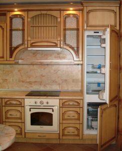 Холодильник на очень маленькой кухне