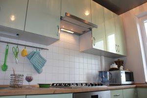 Кухонная вытяжка над газовой плитой