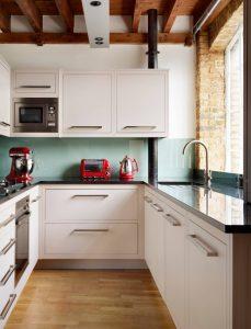 Потолок-балки на маленькой кухне