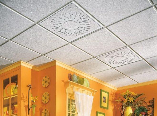 Потолок на кухне из ламинированной плитки